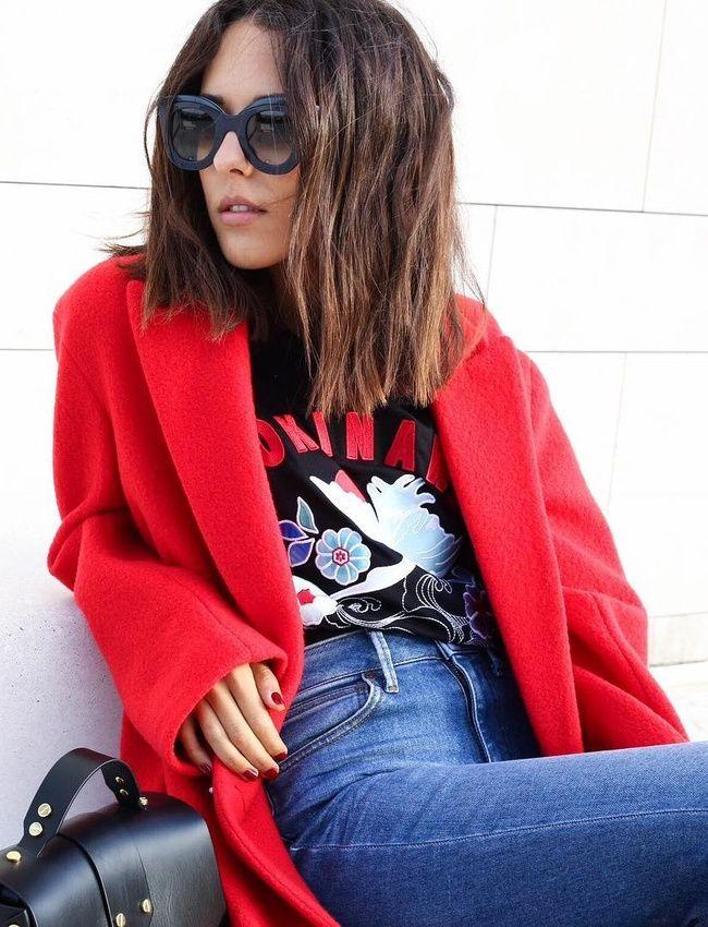 Le duo manteau/tee-shirt fantaisie semble être parfait pour gérer la transition hiver/printemps (photo Débora Rosa)