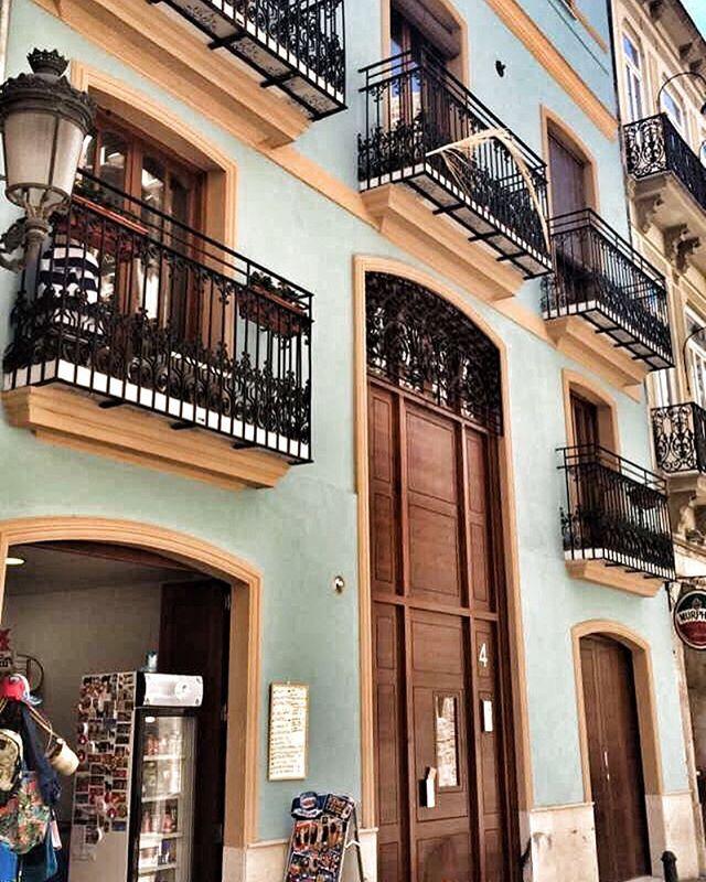 Trocha te architektury neuskodi 😊🏠 #architecture #valencia #spain #espana #house #bigdoor #4