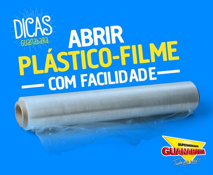 """Abrir plástico-filme com facilidade. A solução para todos os seus problemas com plástico-filme está no lugar mais improvável que você poderia imaginar: o freezer! Isso mesmo! Basta deixar o rolo morando dentro do seu freezer ou congelador. A umidade faz com que as """"folhas"""" do plástico fiquem mais fáceis de se soltar. ;)"""