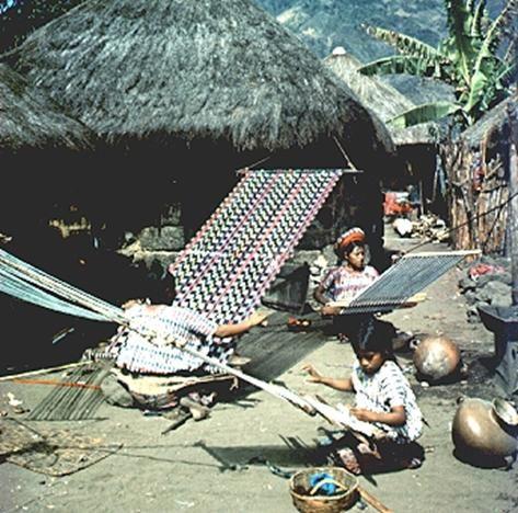 Telar casero montado sobre un bohío, construcción maya.