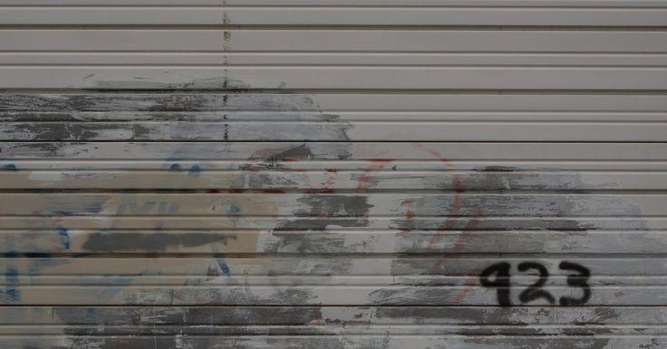 Por que o portão automático da garagem não desce até o fim?. Portões automáticos de garagem automatizam o processo de abertura e fechamento da porta da garagem para que você não tenha que sair do carro para entrar ou sair. Se o portão da garagem desce só até a metade e pára, você está com problemas. Apesar de você não conseguir retirar o carro, animais e invasores podem entrar. É preciso verificar o motor ...