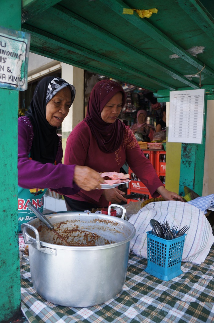 Ibu Yayah and her daughter has been selling Kupat Tahu at Gempol since 1965. Photo by Icha Rahmanti.