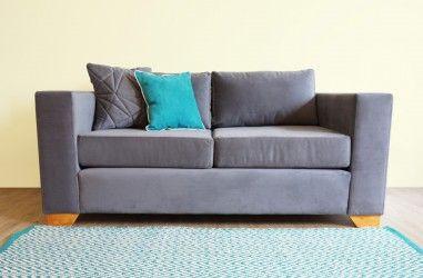 LivingStore. sofá 2 cuerpos en felpa gris, pata madera miel. densidad espuma 21.