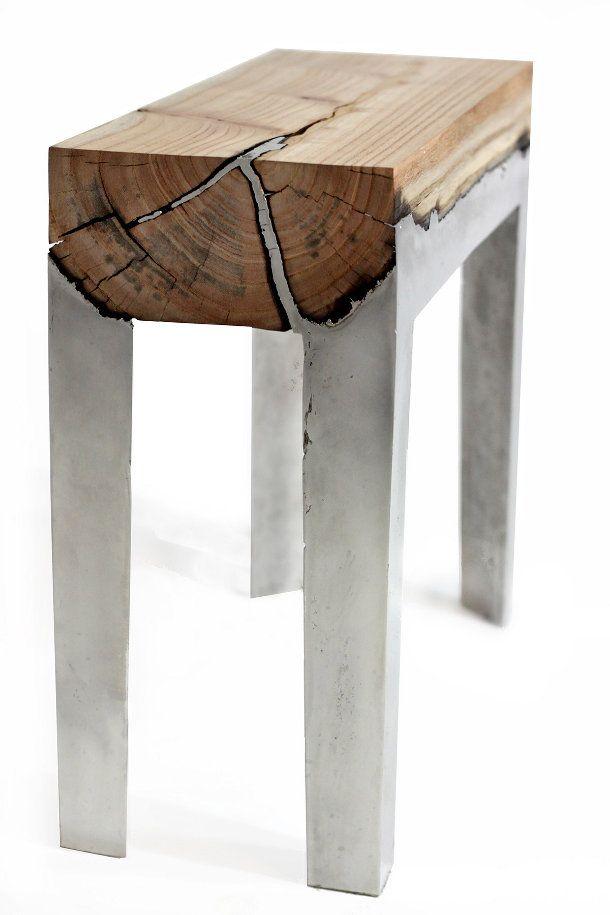 meubels-aluminium-hout-3. De ingenieuze kunstenaar en ontwerper Hilla Shamia maakte deze prachtige one-of-a-kind tafels en krukken van hout en aluminium. Het gesmolten aluminium loopt tijdens het maakproces in alle kieren van de houtblokken, bovendien verbrandt het hout en verandert de kleur. Zo krijg je het mooi zwarte contrast tegen het zilverkleurige aluminium.