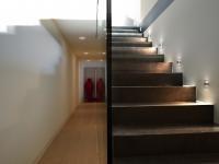 OPRAWY OŚWIETLENIOWE NA KORYTARZ I SCHODY: Chcesz podświetlić w mieszkaniu drogę na korytarzu lub schodach? Możesz wybrać oświetlenie skierowane w dół lub w obu kierunkach.