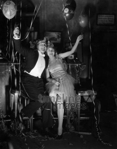 Silvester im Hotel Adlon, 1930/1931 ullstein bild - ullstein bild/Timeline Images #Feiern #Silvester #Neujahrsfeier #Neujahrstag #31.Dezember #Jahresende #Party #Brauchtum #historisch #schwarzweiß #historical #Nostalgie #nostalgisch #Partyoutfit  #vintage  #1930er #1930ies #Luftballons #Partykleid #Anzug #Luftschlangen #Paar #Freude