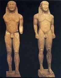 KLEOBI E BITONE: La coppia di kuroi, ritrovata alla fine dell'800 presso il santuario di Delfi, rappresenta uno dei primi e più importanti esempi di statuaria greca arcaica di stile dorico. Dall'iscrizione alla base delle statue si desume che siano stati scolpiti da Polymedes, un maestro attivo ad Argo tra la metà del VII e gli inizi del VI secolo a.C.  Si tratta di due statue quasi identiche, alte ognuna 216 centimetri scolpite a tutto tondo in marmo ed esposte al Museo Archeologico di…
