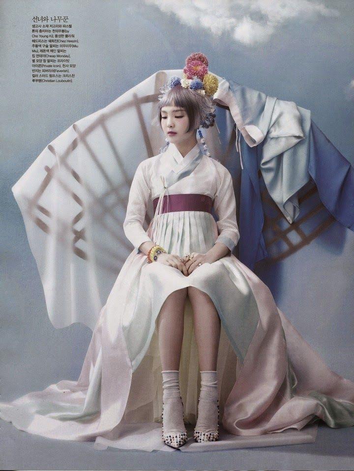 So-Hee Chanson à la haute couture et costume traditionnel coréen (hanbok) par Hyea-Won Kang versez Vogue Korea Juin 2014