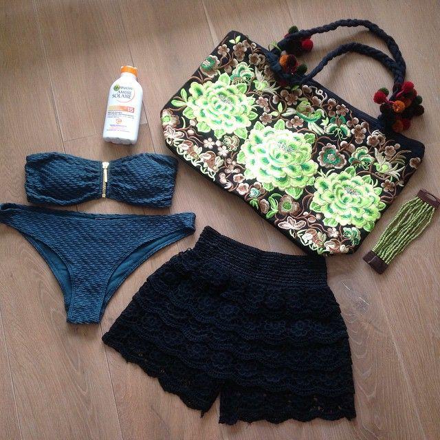 Beach look! Gehaakte korte broek Fabstyle, bikini H&M, bloementas Fabstyle, handmade kralen armband Fabstyle en zonnebrand creme! www.fabstyle.nl #fabstyle #festival #tas #jewelry #zwart #handmade #hippie #stoer #strand #summer #ibiza #bag #boho #bohème #armband #zomer #gypsy #korte broek #gehaakt #bloemen #bloementas #beach