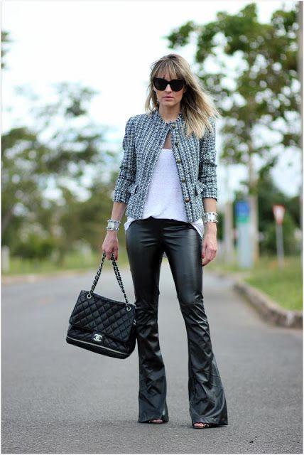 A calça de couro é um clássico do guarda-roupa feminino, ela surgiu nos anos 60 e desde então, se apresenta como peça para compor vários estilos. O modelo skinny, assim como o flare está em alta e pode dar um ar mais arrumado ao look, ou dependendo da sua escolha, um visual mais descontraído. Para criar um look de trabalho, combine com blusas e camisas de tecidos leves e femininos. Blazers e casacos abaixo do quadril deixam a produção mais formal e adequada para a ocasião. Se o seu ambiente…