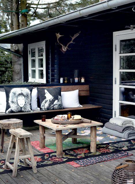 EFTERÅR: Vi har besøgt familien Kofoed-Ibsen i deres sommerhus i Hornbæk, hvor der er gjort klar til efterårshygge med masser af puder, tæpper og ild i bålfadet.