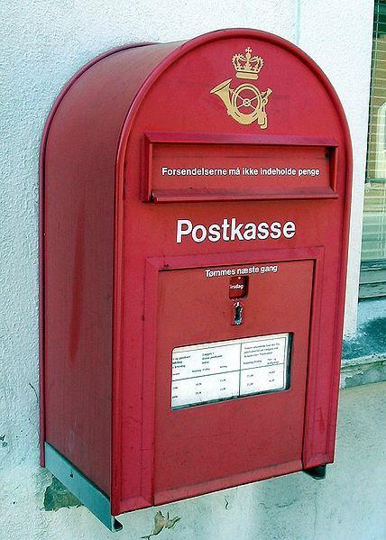 Este buzón es danés. Los buzones daneses son rojos.