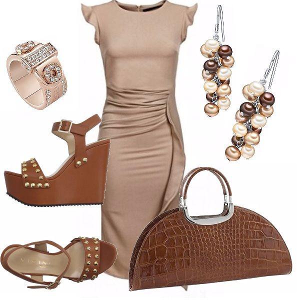 Abito longuette, beige, di linea aderente, girocolllo con drappeggio nella gonna. Sandalo in cuoio con zeppa alta, decorato con borchie dorate. Borsa marrone, con stampa pitonata. Orecchini pendenti di perle ed anello.