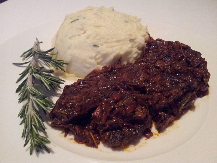 Stoofvlees in rode wijn is een typisch gerecht uit Piemonte en heerlijk om in de winter te eten! Bekijk de traditionele bereiding op AllesOverItaliaansEten!