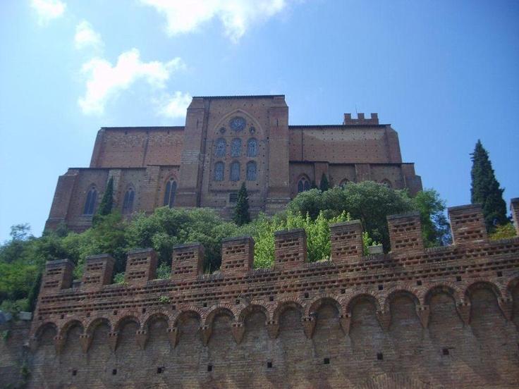 Duomo'yu gezdikten sonra hemen karşıya Santa Maria della Scala'ya koştuk. Burası bize daha enteresan geldi çünkü eski bir hastane. Duvarlarda o zamandan kalma resimler var... Daha fazla bilgi fotoğraf için; http://www.geziyorum.net/siena/