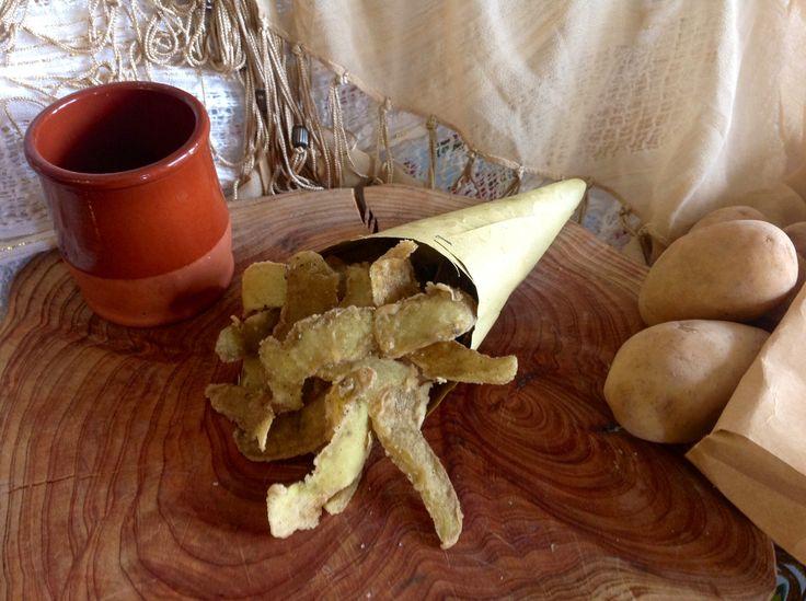 Trattare le patate come si deve, e servirle come delle Signore patate? Oppure, fare come facevano i nostri avi, ed in nome del risparmio, non buttar via niente.... nemmeno le bucce.... Bucce di Patata Fritte  http://lovelycake-gatta.blogspot.it/2013/07/bucce-di-patata-fritte.html