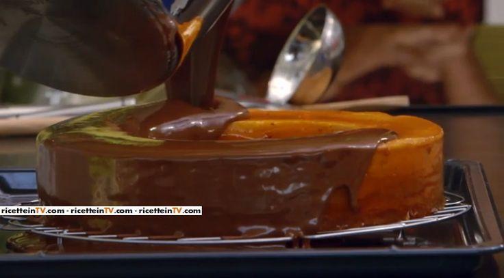 La ricetta della torta Baumkuchen, proposta da Ernst Knam nella puntata del 9 settembre 2016 di Bake Off Italia 4. Un dolce della pasticceria tedesca.