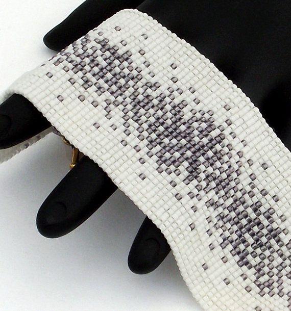 Cette perle de delica améthyste transparente caractéristiques bracelet saupoudré sur un fond blanc mat. Le bracelet est fini avec un fermoir détain antique plaqué or.  Ces bracelets se faire remarquer. Chaque perle dans cette pièce est cousue dans lunité pour un produit fini qui se comporte comme un morceau de tissu et est tout aussi confortable à porter.  • Largeur - 45mm ou 1,8 • Longueur y compris fermoir - 175mm ou 6,9 • Fermeture - Antique bague étain plaqué or et barre de fermoir •…