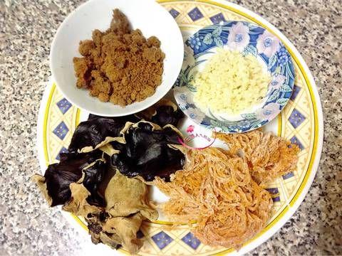 黑木耳露 的精彩食譜。  家中的乾貨有珊瑚草、黑木耳,剛好來做個消暑的飲料~  可用電鍋煮,不用顧火,簡單又方便~  黑木耳含豐富的多醣體、蛋白質、維生素B1、維生素B2,可多食用有益健康~  珊瑚草是種營養成分極高的植物,含酵素、礦物質、膠原蛋白、纖維素、鈣質~    歡迎逛逛我的粉絲頁,請搜尋FB《庄腳人ㄟ灶咖》有問題留言我會盡快回覆~