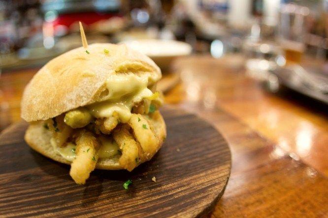 Los mejores bares de madrid para comer bocata d calamares. No has vivido Madrid hasta que no te sientas en una tasca o en un banco de la calle (si lo encuentras) a tomar un bocata de calamares. Puede que no sea el alimento más adecuado para lidiar con el c…