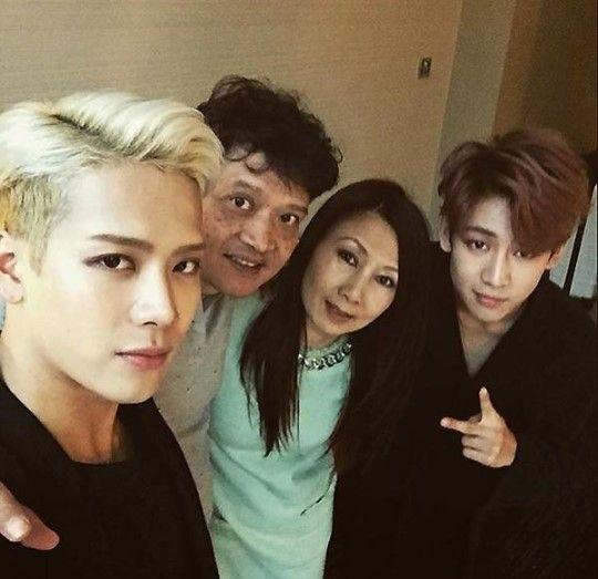 BamBam con Jackson y sus padres