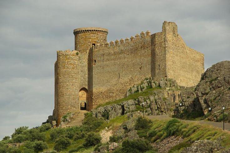 Castillo de Puebla de Alcocer (Badajoz). La palabra que mejor lo define es inexpugnable. En la Torre del Homenaje se conserva un blasón con las armas de Zúñiga, familia responsable de la reconstrucción del castillo en el S.XV.