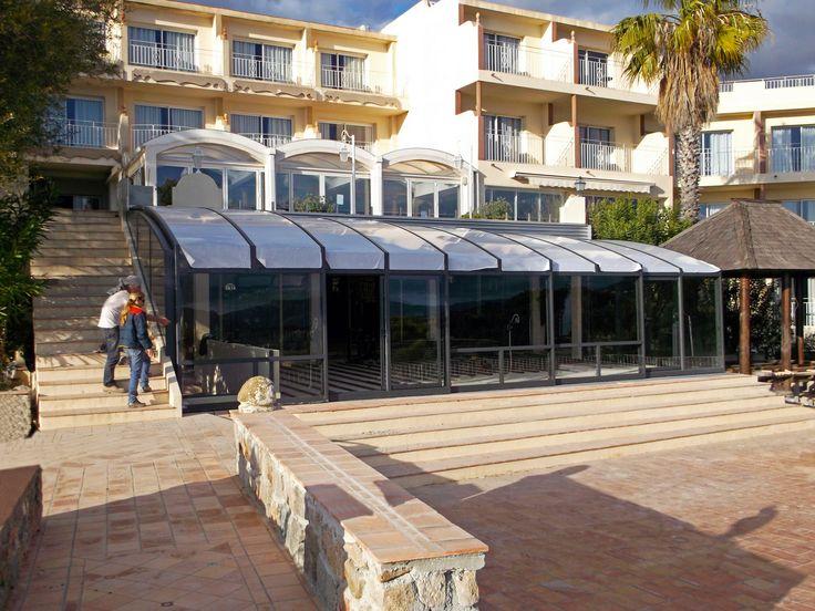 Posuvné zastřešení terasy CORSO jako zastřešení venkovního sezení v hotelovém resortu.