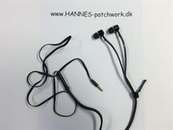 Smarte høretelefoner hvor et stykke af ledningen er lavet af sort lynlås.
