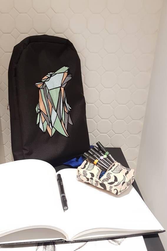 Sac à dos imperméable brodé avec un loup et ganses ajustables de la boutique Lenfilee sur Etsy