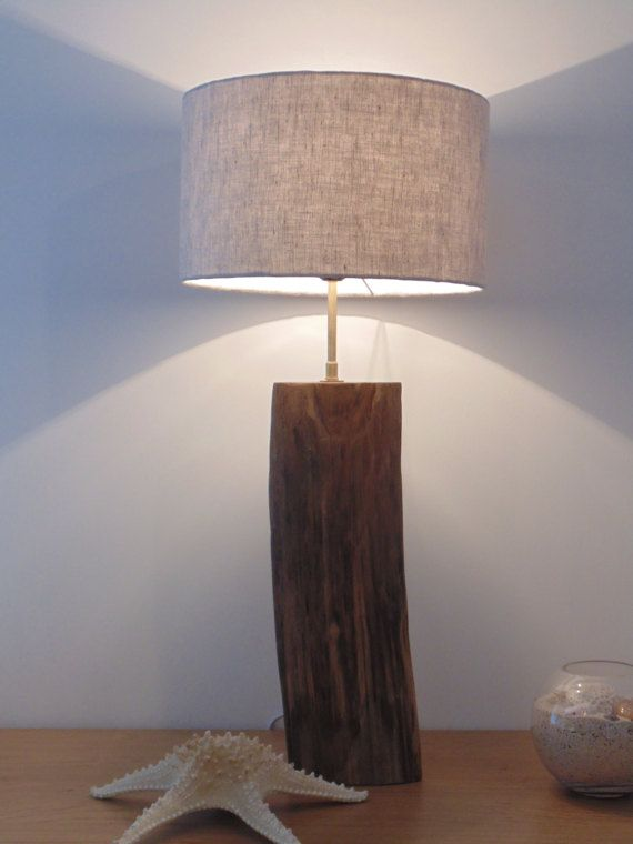 Création personnelle, unique et originale dune lampe en bois flotté.  Une trés belle lampe pour un esprit bord de mer, une jolie pièce de bois flotté de forme triangulaire, un abat-jour cylindrique en lin entièrement fait main.  Cordon électrique blanc Dimensions : Hauteur totale = 67.5 cm hauteur du bois = 40 cm largeur du bois = 14 cm longueur totale du fils = 1.00 m Un abat jour cylindre de diamètre 30 cm pour 18 cm de hauteur. Douille : E27 ampoule a utiliser 60 W maxi...