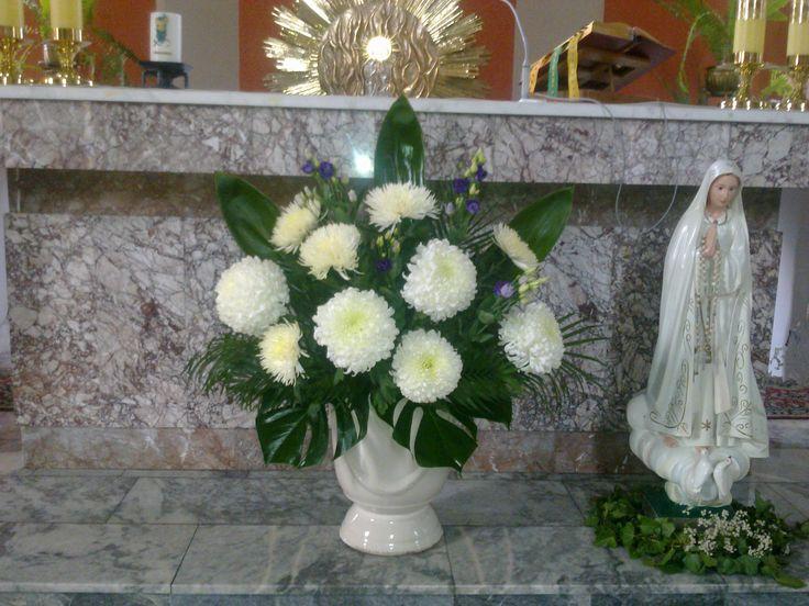 Wszystkich Świętych - chryzantemy przed ołtarzem