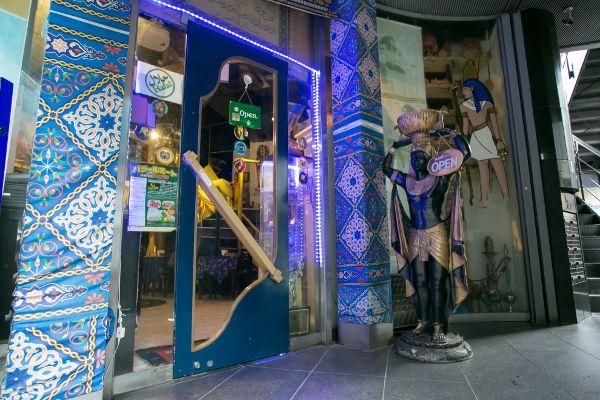 今回ご紹介する東京・西麻布の「ネフェルティティ東京」は、エジプトの伝統的な家庭料理や、かつて古代エジプトの王・ファラオに供された宮廷料理を楽しめるレストラン。カイロの5つ星ホテルのシェフと、元エジプト大使館専属シェフが、本場そのままの味を伝
