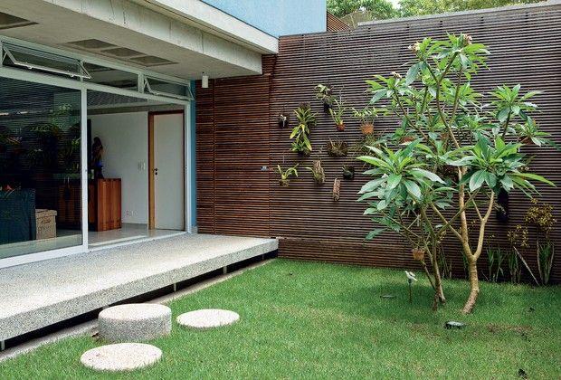 PAINEL O ripado de madeira cumaru, executado pelo marceneiro José Pilon, separa o jardim dos fundos da área de serviço e quebra a frieza da ...