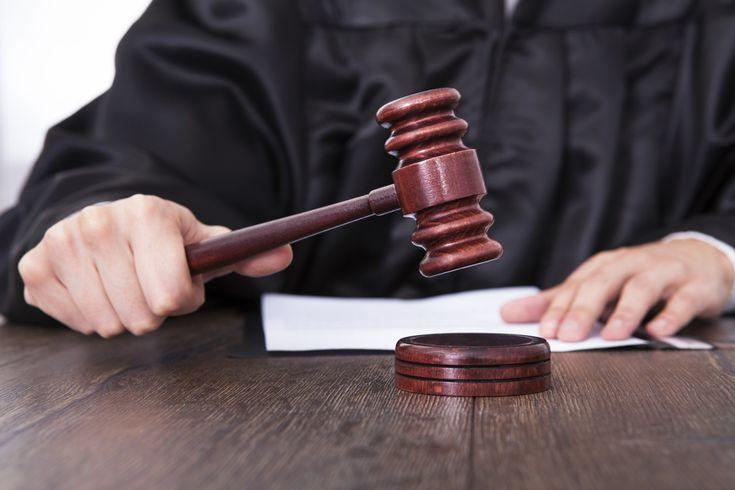Condena de 5 años para la mujer que agredió con un bate de béisbol a una pareja de lesbianas sordomudas.