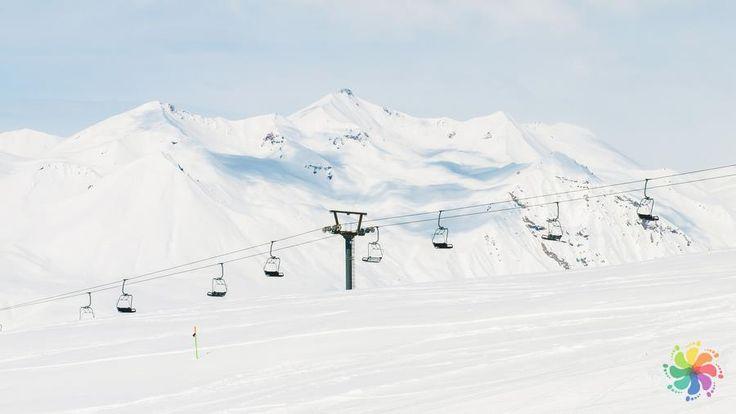 Uludağ Kayak Merkezi, yaz aylarında düzenlenen piknik etkinlikleri, kampçılık ve trekking gibi seçenekleriyle gezginler için sadece kış aylarında değil dört mevsim bir çekim merkezi haline gelmiştir. #Maximiles #Uludağ #yakınyerler #gezi #seyahat #travel #Bursa #kış #gezilecekyerler #gidilecekyerler #kışturizmi #kayak #kayakmerkezi