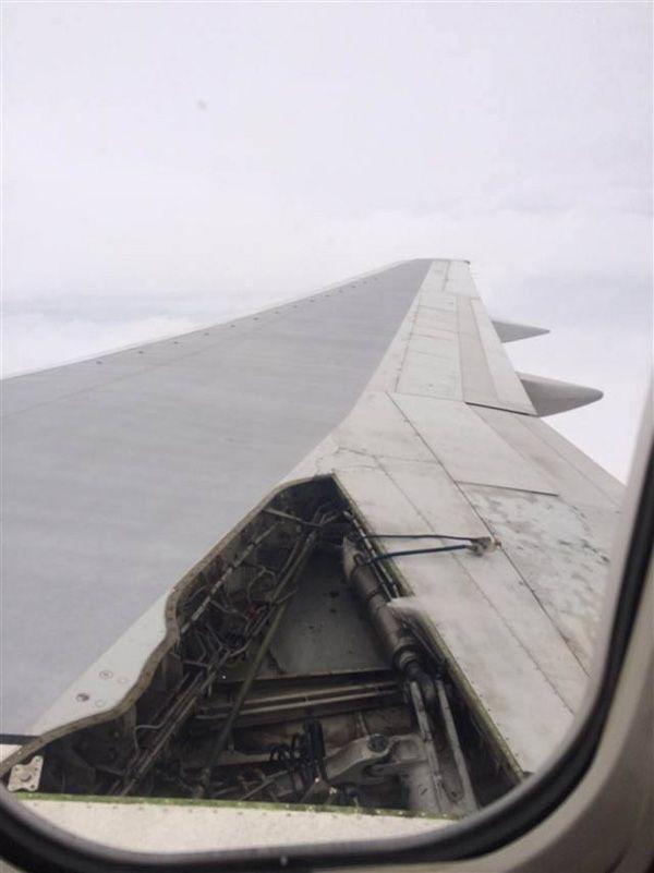 デルタ航空機、飛行中にパネル飛ぶ。本日夕方、デルタ航空機の右翼のパネルがフライト中に外れ落ちるという事故が起きた。フロリダ州オーランドからジョージア州アトランタ行きのフライト2412便。パネルが外れたことによる飛行への支障はなかったという。きょう日曜日7時半に着陸。乗客179人に怪我はなかった。デルタ航空は現在、原因を調査中とのこと。デルタ航空は14日にも成田発台北行き275便が、離陸直後にエンジン停止で引き返し、成田空港に緊急着陸している。