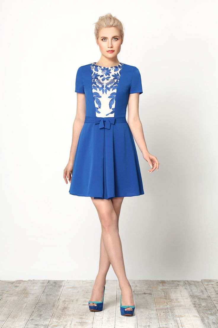 Стильное платье на подкладке, выполненное из высококачественной плательной ткани в сочетании с изящным гипюром.