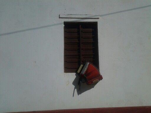 """Si tu ventana hablará, te podría decir... despierta compañera deja de dormir...que aquí ha llegado un hombre que te trajo el alma..""""Diomedes Diaz"""" La Junta Guajira Colombia"""