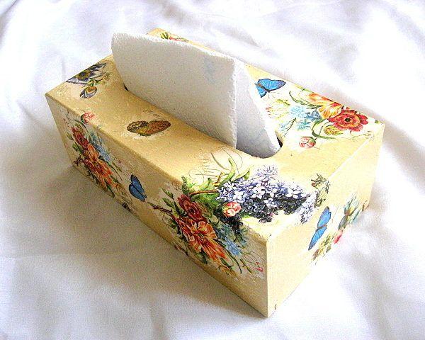 Flori campenesti culori vii si fluturi albastri si galbeni, cutii servetele - design pe fond galben