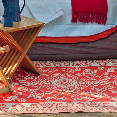 Love the idea of an indoor/outdoor rug at the entry of the tent. Beats an old towel! ; )