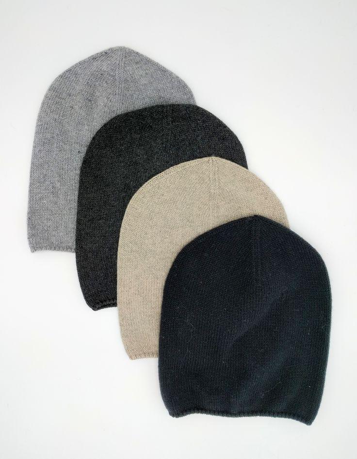 Beanie hue fra @cozybyjz er noget af det nemmeste at bruge. Den skal bare trækkes ned over håret, og du holder ørene varme samtidig med, at du holder et friskt og enkelt udtryk.  Beanien er tilpas underspillet til ikke at løbe med opmærksomheden, men kan til gengæld bruges i samspil med en hvilken som helst jakke eller frakke.  Blød og lækker, helt enkel og så nem at have med sig.  Du kan have den med i frakkelommen eller i tasken, for den fylder ingenting.