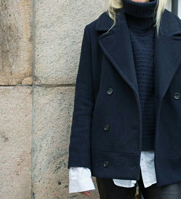Womenswear | Fashion idea | Black Pea coat | Oversized | Overall | Sweater | Street style