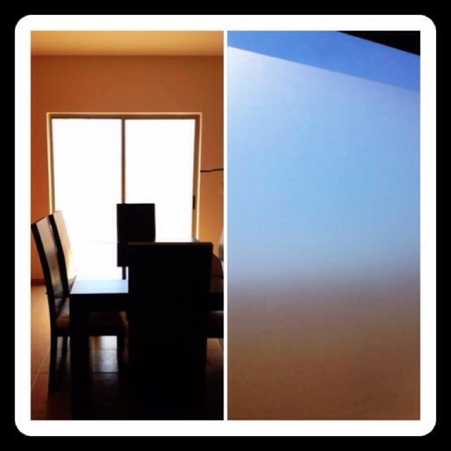 Vinyl esmerilado en ventanas.  Una solución practica para tener habitaciones iluminadas y al mismo tiempo con privacidad.  (Muy útil si tienes niños y/o mascotas).