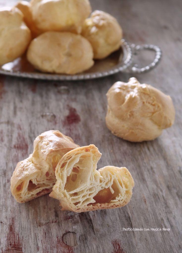 """La """"Pasta choux"""" è conosciuta come pasta bignè. E' una preparazione di base che si realizza con pochi ingredienti e che con la sua doppia cottura ci regala una pasta leggera abbracciata da un guscio croccante. Ideale per preparare bignè, zeppole, èclairs, sia in versione dolce che salata.  Ricetta -> http://blog.giallozafferano.it/sognandoincucina/pasta-choux-o-pasta-bigne-ricetta/"""