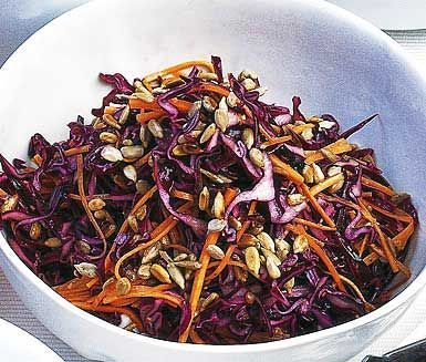 Rödkålssalladen innehåller rödkål, morötter och rostade solrosfrön. När du tillsätter den friska dressingen gjord på senap, vinäger, honung och olja blir salladen saftig och smakrik!