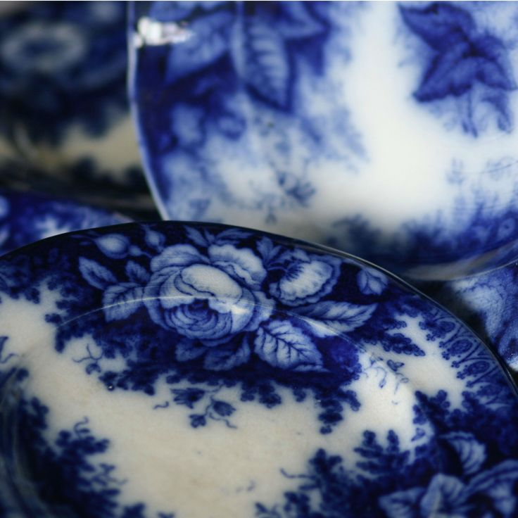 AUGUST NOWOTNY Altrohlau stoneware decorative wall plates, 1823-1884, glazed cobalt blue flower and pseudogotic decor, 4pcs, 1 large, 3 small, Dekorativní závěsné talíře, glazovaná kamenina, 1823-1884, August Nowotny Altrohlau (Stará Role u Karlových Varů), 4 kusy
