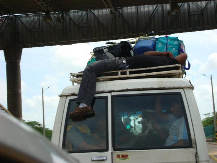 Fíjense en el señor que va transportándose en el techo del campero acostado y durmiendo tranquilamente, Steffany Young tomó la foto en la vía que conduce a Paraguachón, en la Guajira, y comenta que es el colmo que la gente no proteja su vida.