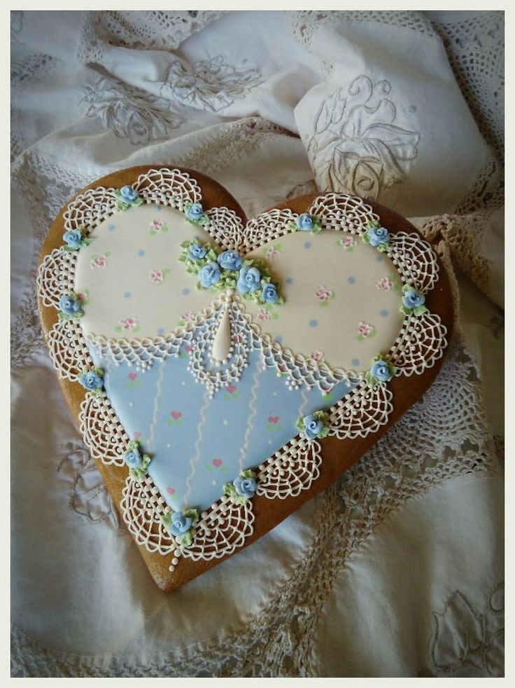 Periwinkle blue with wet on wet pattern, tiny roses, delicately piped lace heart cookie by Teri Pringle Wood, posted on Cookie Connection. Another Wood beauty.