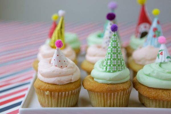These Mini Party Hat Cupcake Toppers are genius (by Chiara)