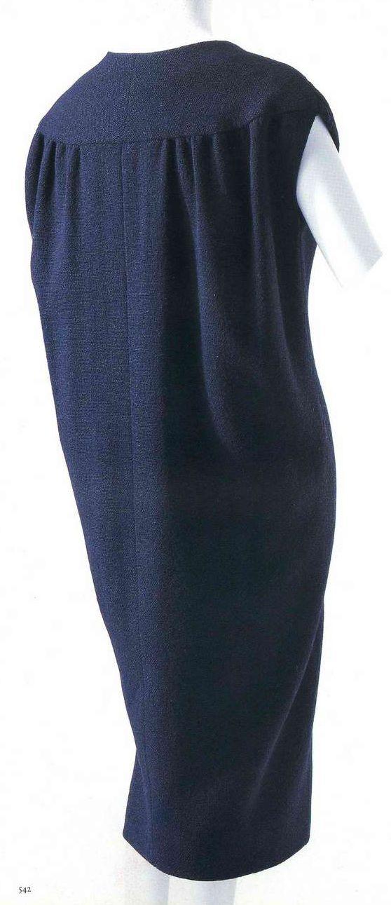 Дневное платье. Кристобаль Баленсиага, 1957. Черная шерсть, застежка спереди, пуговицы, обтянутые тем же материалом, передняя и задняя части верха выкроены из одного полотнища, шов в центре спинки.